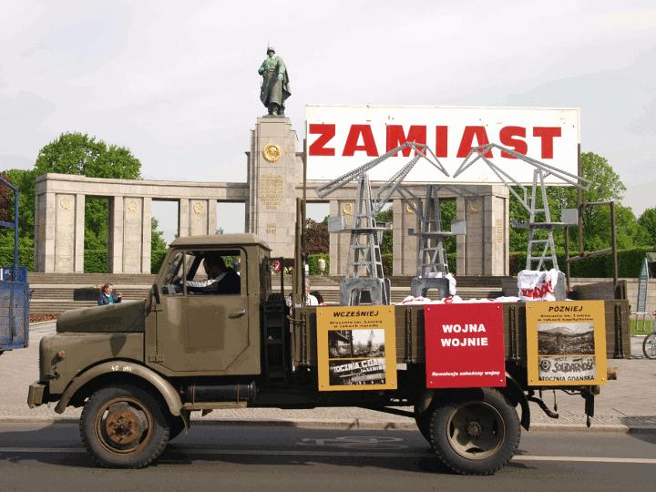 Was die Arbeiter schaffen können, wenn sie die Macht haben – und wie ihr ehemaliger Reichtum vernichtet ist, wenn sie die Macht wieder verlieren: Die Gdansker Leninwerft in Volkes Hand und in der Hand der Kapitalisten.