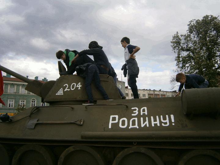 Kinder auf dem T34
