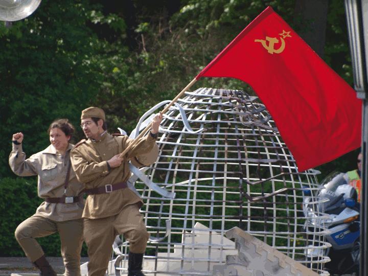 Der zerstörte Reichstag mit seinen Zerstörern: dem Soldaten der Roten Armee und dem Rotfrontkämpfer gegen den deutschen Kapitalismus, Faschismus und den deutschen Krieg.