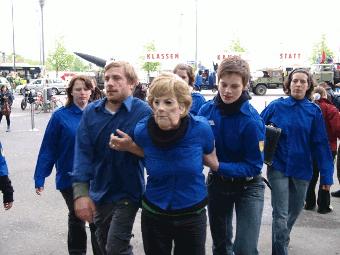 Merkel im Blauhemd
