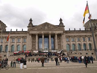 Zug vor dem Reichstag