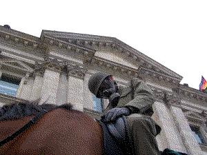 Auf einem Pferd vor dem Reichstag