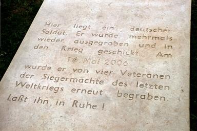 Die Grabplatte des Toten Soldaten